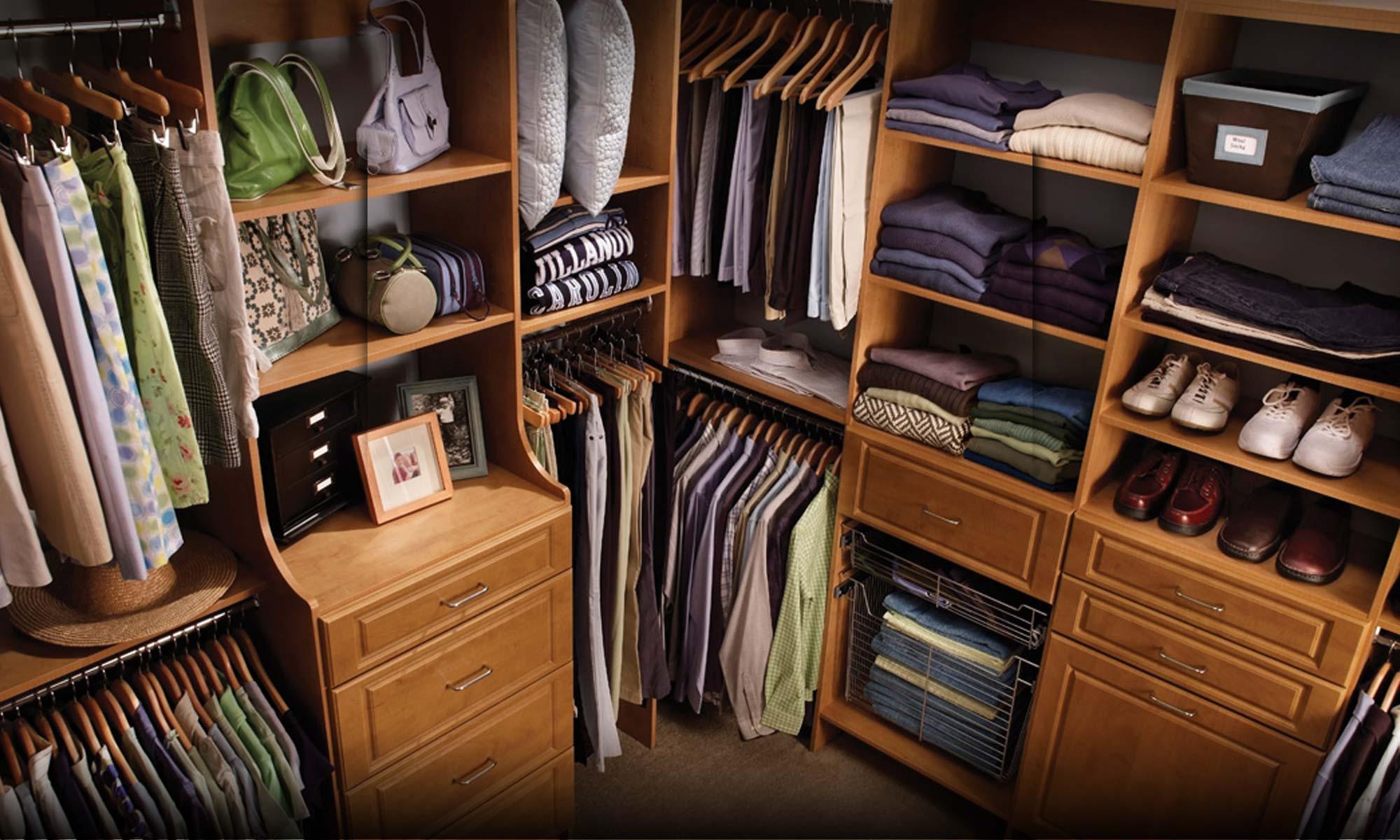 Угловая гардеробная в спальне, как подобрать подходящую форм.